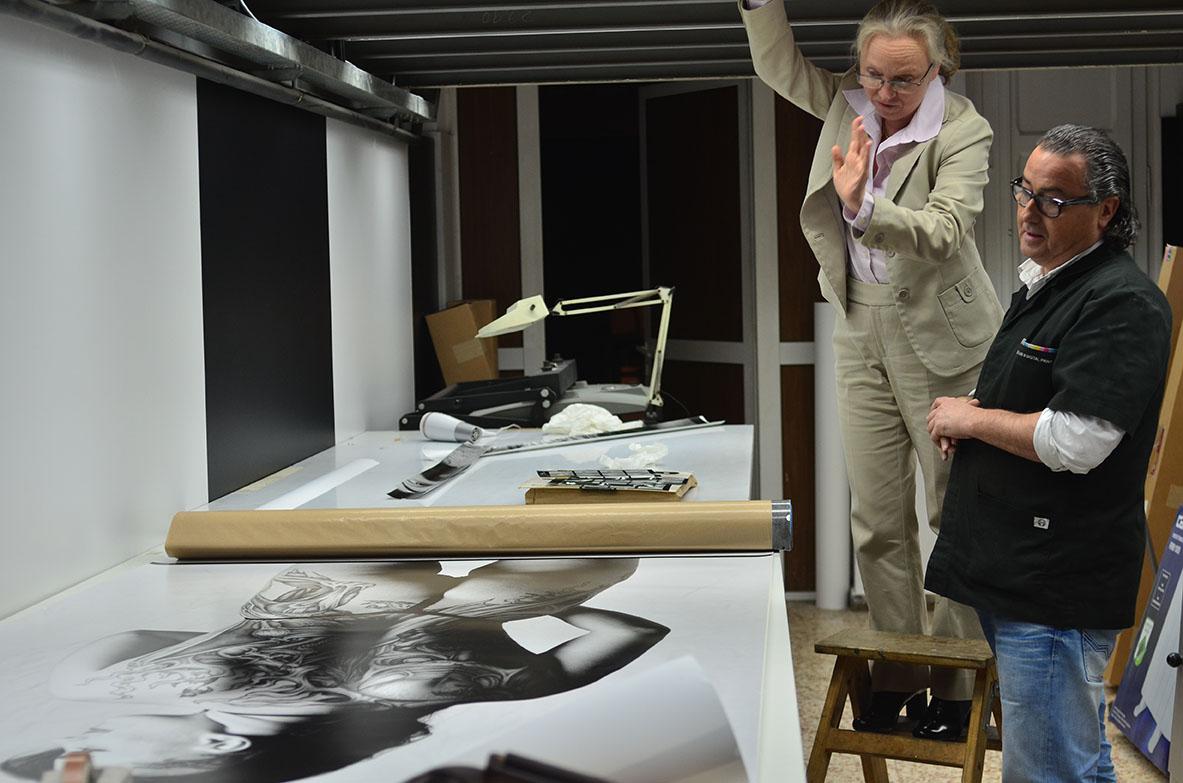 Michele Curel supervisant la feina a Rebel•lab